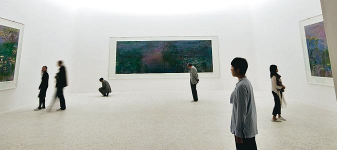 Para poder ver las obras de Monet se debe acceder con zapatillas blancas para no desgastar el Mármol de Carrara.