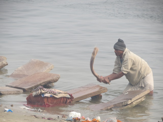 lessive dans le Gange à Varanasi