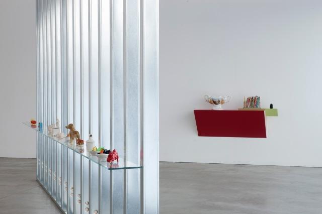 03-Haim-Steinbach-Collections-Courtesy-Haim-Steinbach-e-Galleria-Lia-Rumma-Milano-Napoli-ph-Agostino-Osio[1]
