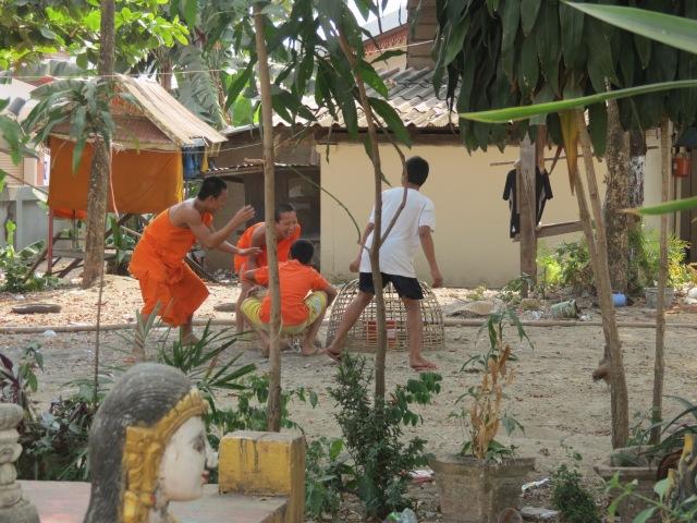 enfants moines jeu de poule