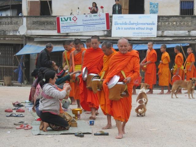 offrande aux moines a Muang Khua