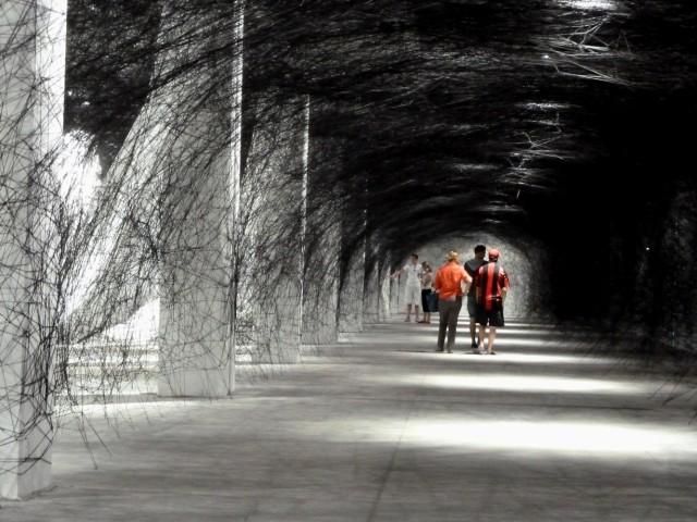 Labyrinth-of-Memory-de-Chiharu-Shiota-exposition-installation-lyon-la-sucrière[1]