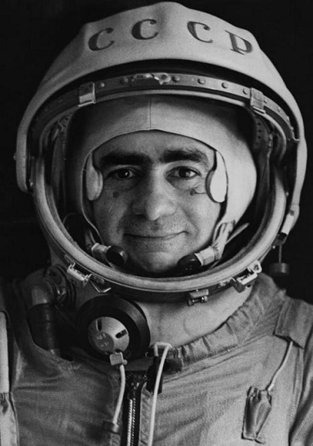 Joan Fontcuberta, Spoutnik Portrait officiel du pilote-cosmonaute Iv+ín Istochnikov, 1968. Tirage g+®latino-argentique. -® Joan Fontcuberta
