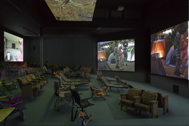 640Lizzie-Fitch-Ryan-Trecartin-SITE-VISIT-2014-installation-view.-Photo-by-Thomas-Eugster.-Courtesy-the-artists-Andrea-Rosen-Gallery-New-York-Regen-Projects-Los-Angeles-and-Spru--th-Magers-Berlin-London.