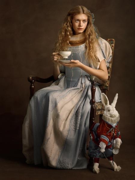 Jeune femme au lapin qui boit du the